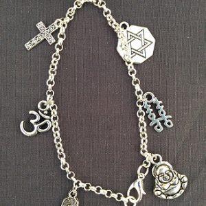 bracelet-avec-breloques-religion-croix-main-fatma-etoile-de-david-boudha-etc