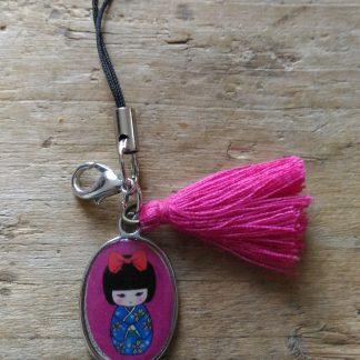 Attache Médaille Poupée chinoise rose et pompon rose