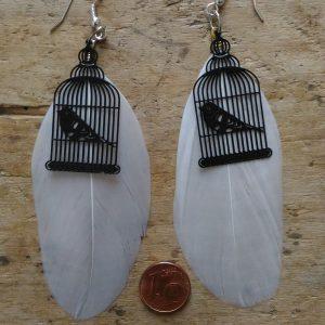 Boucles d'oreilles grandes plumes blanches et cages oiseau noires