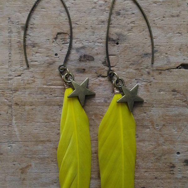Boucles d'oreilles plume jaune et étoile bronze