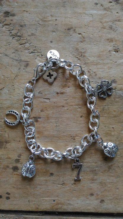Bracelet gros maillon epais 5 breloques porte bonheur