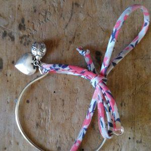 Bracelet métal argent et liberty bleu blanc rose coeur coccinelle