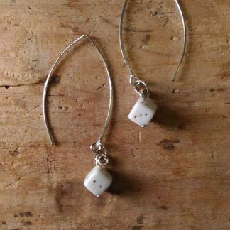 Boucles d'oreilles des a jouer blanc