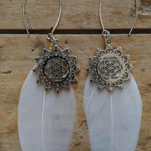Boucles d'oreilles plume blanche medaille ethnique