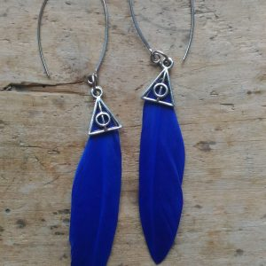 Boucles d'oreilles plume bleue et symbole harry potter reliques de la mort