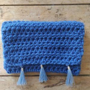 Pochette crochet main bleue 3 pompons bleu