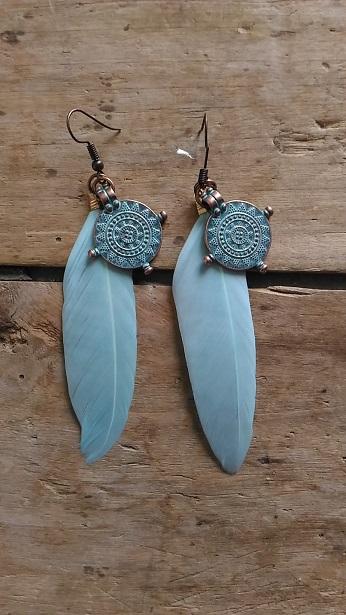 Boucles d'oreille medaille antique bleue et plume bleue