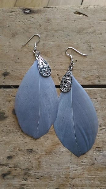 Boucles d'oreilles plume grise et medaille ethnique