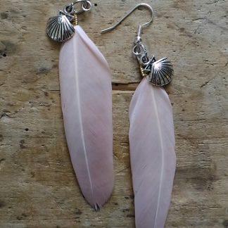 Boucles d'oreilles plume rose pale coquille st jacques