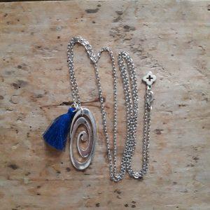 Collier argent spirale et pompon bleu
