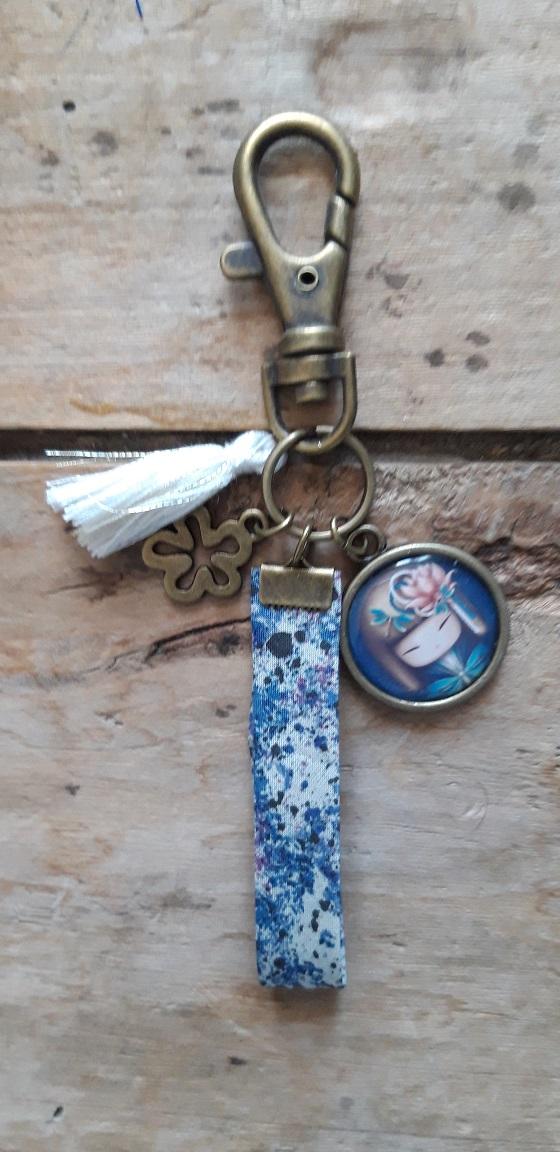 Porte-clés bronze Kokeshi ton bleu 1 cheveux clairs