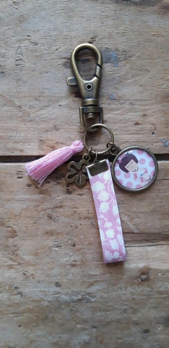 Porte-clés bronze Kokeshi ton rose