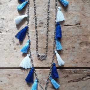 Sautoir 17 pompons bleu foncé bleu clair blanc