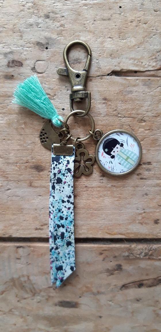 Porte clés bronze Kokeshi Vert pale Pompon Vert