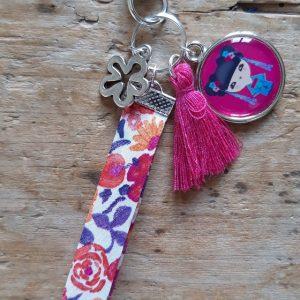 Porte clés kokeshi Rose fushia ruban rose mauve blanc